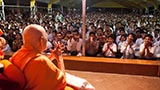 Swamishri greets devotees with 'Jai Swaminarayan' on the way to Sunday satsang assembly