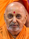 HH Pramukh Swami Maharaj arrives for Thakorji's darshan at 11:52 am