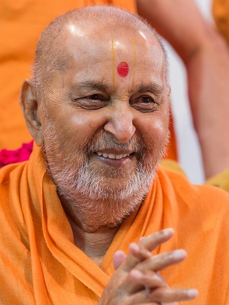 HH Pramukh Swami Maharaj arrives for Thakorji's darshan at 12:04 pm
