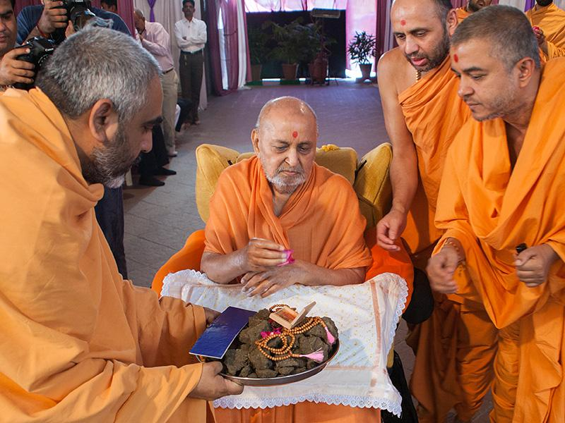 Swamishri sanctifies soil to start construction of new BAPS Shri Swaminarayan Mandir at Khatalvada, India