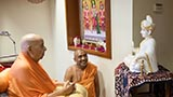 Swamishri sanctifies murti of Bhagwan Swaminarayan