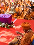Swamishri rings a bell while the kirtan 'Aje Yagnapurush ne dwar danka vaagere lol...' is sung by sadhus
