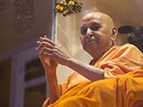 Swamishri greets sadhus and devotees with 'Jai Swaminarayan'