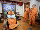 Swamishri joins in playing kartals