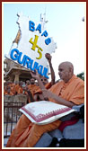 Swamishri celebrates the anniversary by releasing balloons