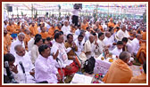Swamishri, sadhus and devotees during the yagna rituals