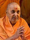 HH Pramukh Swami Maharaj arrives for Thakorji's darshan at 11:38 am