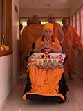 Swamishri arrives in balcony at 11:30 am for the Pushpadolotsav celebrations