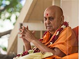 HH Pramukh Swami Maharaj arrives in balcony at 11:44 am