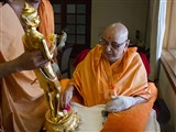 Swamishri sanctifies a murti of Shri Nilkanth Varni