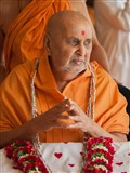 HH Pramukh Swami Maharaj arrives in balcony at 1:01 pm