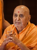 HH Pramukh Swami Maharaj arrives for Thakorji's darshan at 9:53 am
