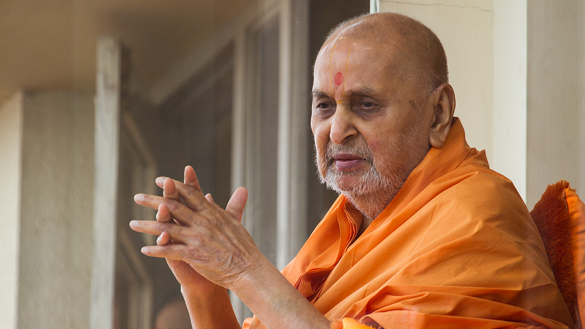 HH Pramukh Swami Maharaj arrives in balcony at 12:44 pm