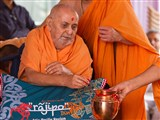 Swamishri sanctifies a kalsh