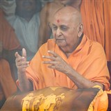 Swamishri joyfully responds to the devotees with gestures