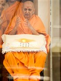 HH Pramukh Swami Maharaj arrives in balcony at 1:10 pm