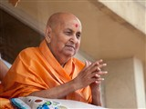 HH Pramukh Swami Maharaj arrives in balcony at 1:03 pm