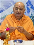 Swamishri sanctifies murtis of Shri Nilkanth Varni