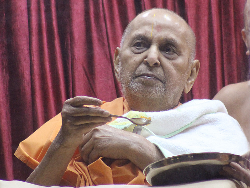 Swamishri partakes shiro from thal offered to Shri Harikrishna Maharaj