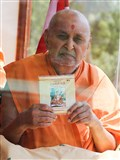 Swamishri inaugurates a new audio-book 'Swamini Vato', published in mp3 format by Swaminarayan Aksharpith