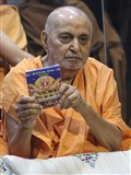 Swamishri inaugurates new audio publication of the Yuva Shashtipurti Mahotsav, 'BAPS ki Shaan'