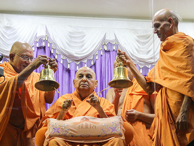Swamishri rings bells in the evening