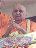 Swamishri greets devotees with 'Jai Swaminarayan'