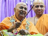 Swamishri sanctifies a dandiya stick