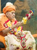 Swamishri waves a 'chhadi' of flowers