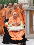 Swamishri performs pradakshina of mandir