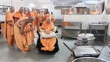 Swamishri visits kitchen