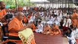 Swamishri arrives in the mandir grounds in afternoon
