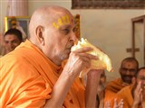 Swamishri blows the conch