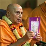 Swamishri inaugurates a new Hindi print publication, 'Bhaktaratna Mahilayein'