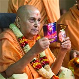 Swamishri inaugurates two new audio publications, 'Bhaji le Bhagwan' and 'Soneri Avsar Ayo Re...'