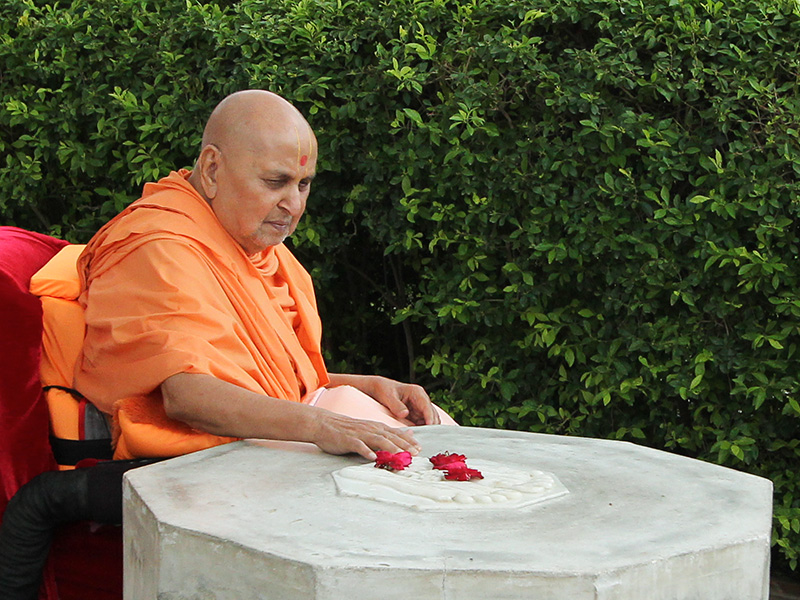 Swamishri reverentially touches holy charnarvind of Bhagwan Swaminarayan