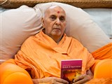 Swamishri inaugurates another print publication,  'Hinduism Beliefs & Impressions'