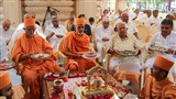 Pujya Mahant Swami and Pujya Doctor Swami perform mahapuja arti with devotees