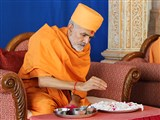 Pujya Mahant Swami with the janoi (sacred threads) sanctified earlier by HH Pramukh Swami Maharaj