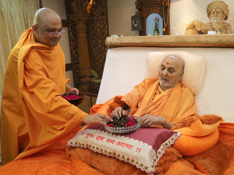 17 October 2013 - HH Pramukh Swami Maharaj's Vicharan, Sarangpur