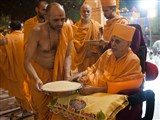 Swamishri sanctifies rice grains to be showered on account books