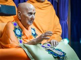 HH Pramukh Swami Maharaj arrives in balcony and blesses devotees