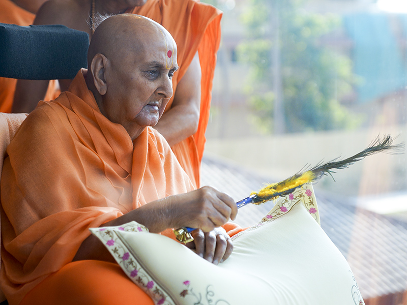 HH Pramukh Swami Maharaj arrives in balcony and waves a chhadi