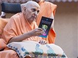 Swamishri inaugurates a new print publication, 'Inspirations'