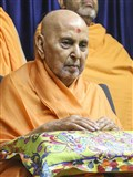 HH Pramukh Swami Maharaj arrives in balcony in the evening