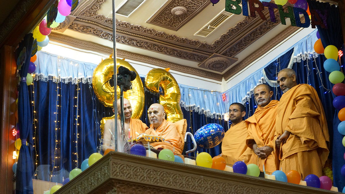 HH Pramukh Swami Maharaj arrives in the balcony at night