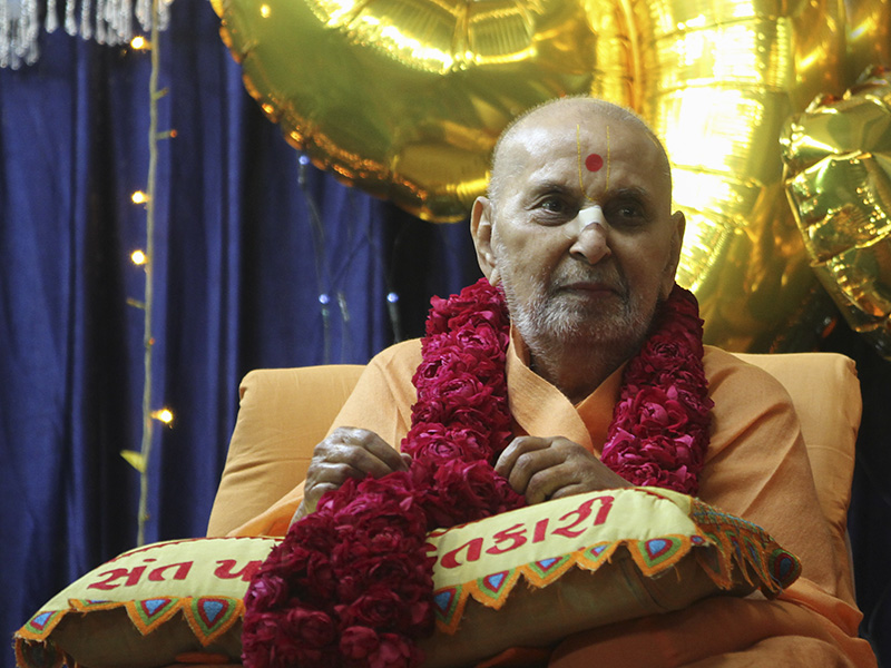 Swamishri is honored with a garland on his 93rd birthday (as per the the solar calendar)