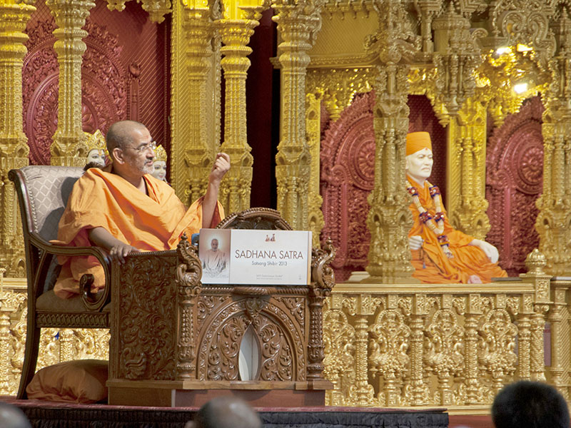 Pujya Brahmadarshan Swami delivers a discourse