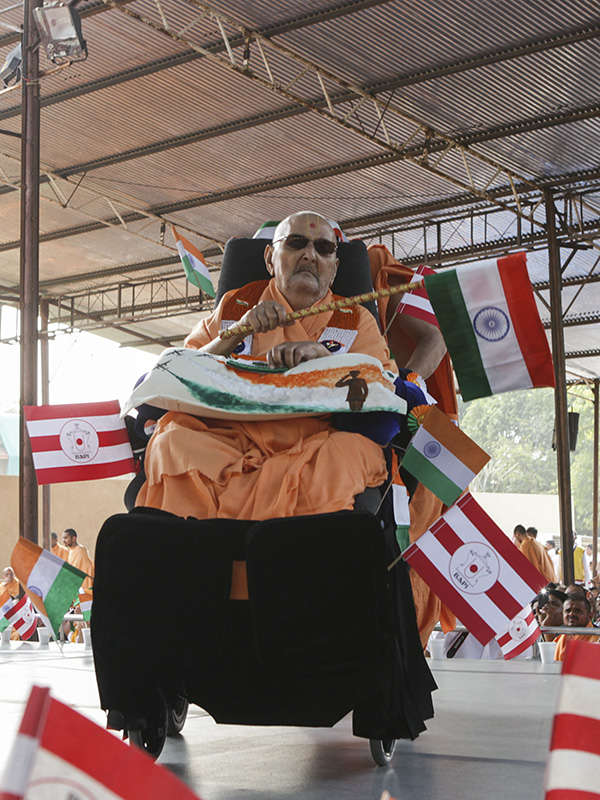 Swamishri waves the Indian national flag