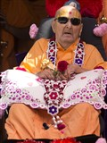 HH Pramukh Swami Maharaj arrives in the mandir grounds in afternoon
